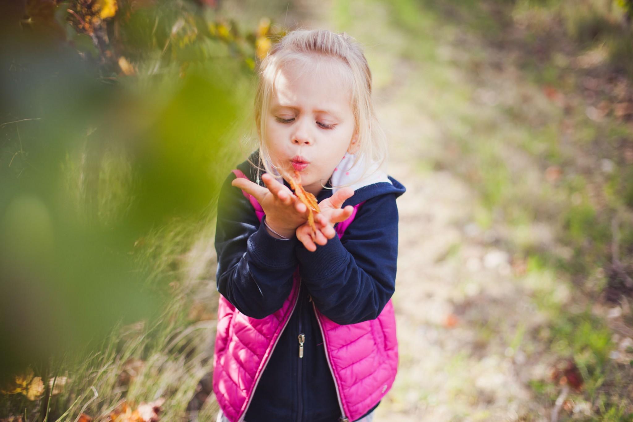 petite-fille-souffle-feuille-automne